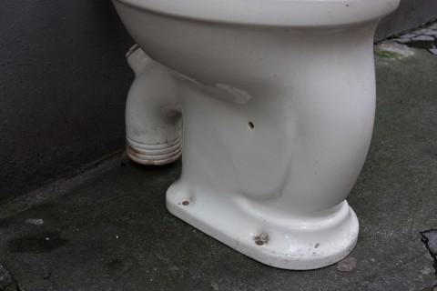 Keramiktoilette weiß glasiert Stand