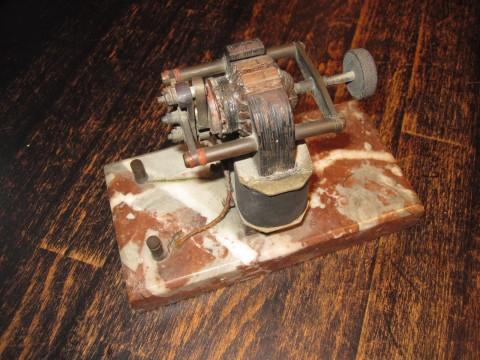 Antrieb/Funktionsmodell für Uhrmacher auf Marmorsockel