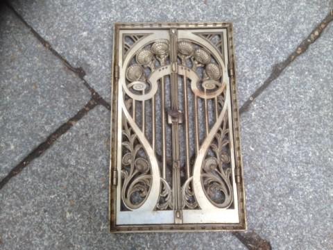 Ofentüre Gußeisen mit Rahmen Blumenornament 1880