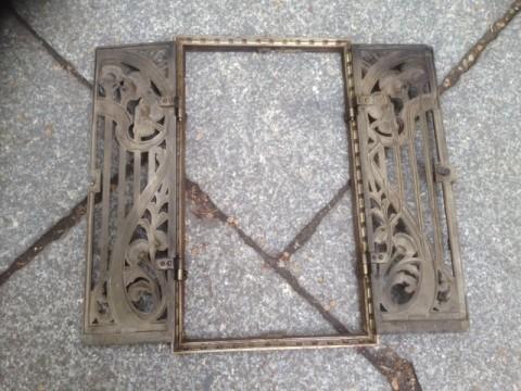 Ofentüre Gußeisen mit Rahmen Blumenornament 1880 Rahmen mit Flügeltüre