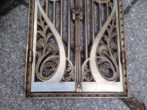 Ofentüre Gußeisen mit Rahmen Blumenornament 1880 detail unten