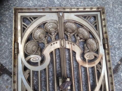 Ofentüre Gußeisen mit Rahmen Blumenornament 1880 Detail oben