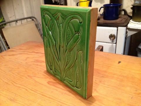 Zier Ofenkachel hellgrün Schilfrohrkolben Motiv Seitenansicht