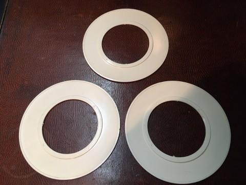 Tapetenschutz Tapetenschoner Lichtschalter-Rahmen weiß rund um 1960 Rückseite