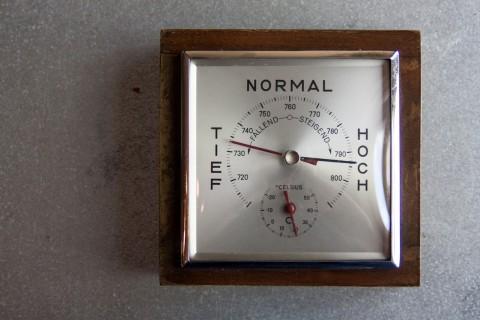Thermo-, Barometer aus Stahlblech und Holz Draufsicht