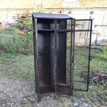 Rowag Metall Kleiderschrank Spint mit Gitterfüllung geöffnete Türe