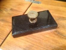 Brief Papierbeschwerer aus Marmor mit Messingknauf