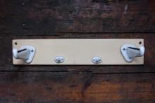 Wandablage aus Holz und Porzellan für Glasscheiben